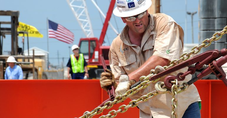 oil workers should follow safety tips at all times